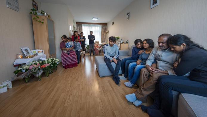 De familie Selvam treurt om het verlies van Tharukshan.