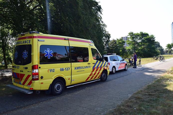 Politie en ambulance ter plaatse op de plek van het ongeval.