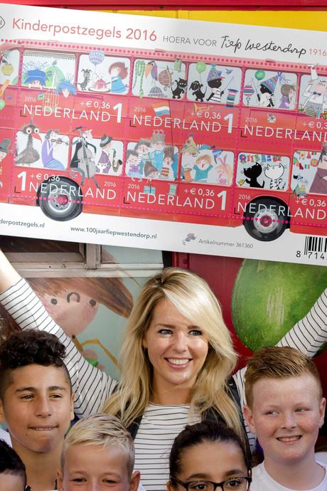 Chantal Janzen koopt eerste velletje Kinderpostzegels