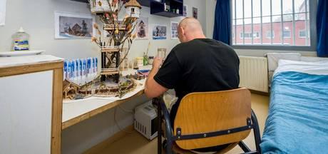 Leon maakt kunst van tandpasta in zijn cel