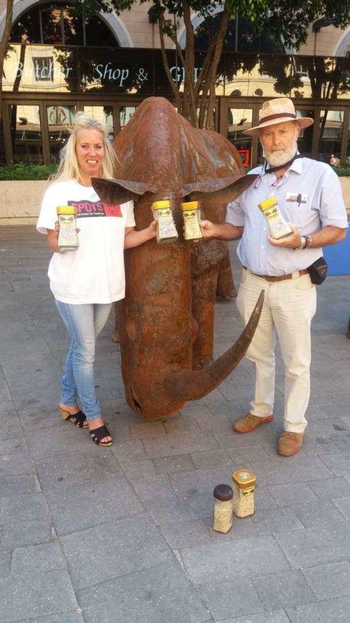Simone Eckhardt (links) en Marjo Hoedemaker met hun potten nagels in Zuid-Afrika. Foto: Burgers' Zoo.