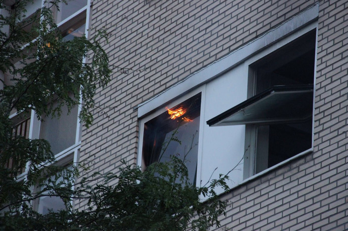 Vlammen slaan uit de slaapkamer.