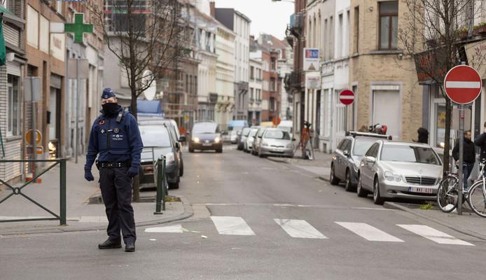Politieagenten beveiligen de Brusselse wijk Molenbeek na het arrest van aanslagpleger Salah Abdeslam.
