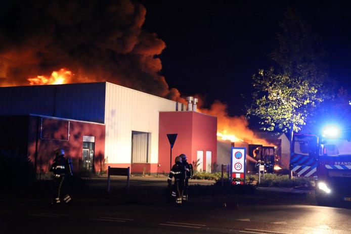 De brand woedt bij een bedrijf aan de Liessentstraat.