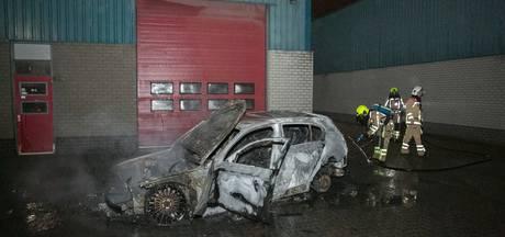 Gedumpte auto in brand gestoken achter loods in Wijchen