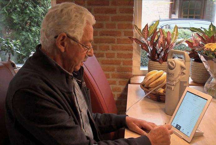 Een copd-patiënt voert zijn meetgegevens in op de app op de iPad. (Foto Sensire)