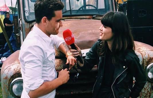 Bella Hay interviewt Douwe Bob