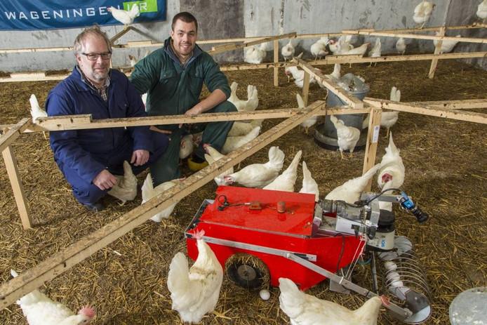 Bastiaan Vroegindeweij (rechts) bekijkt samen met Sam Blaauw de eierraaprobot. Foto: Koos Groenewold