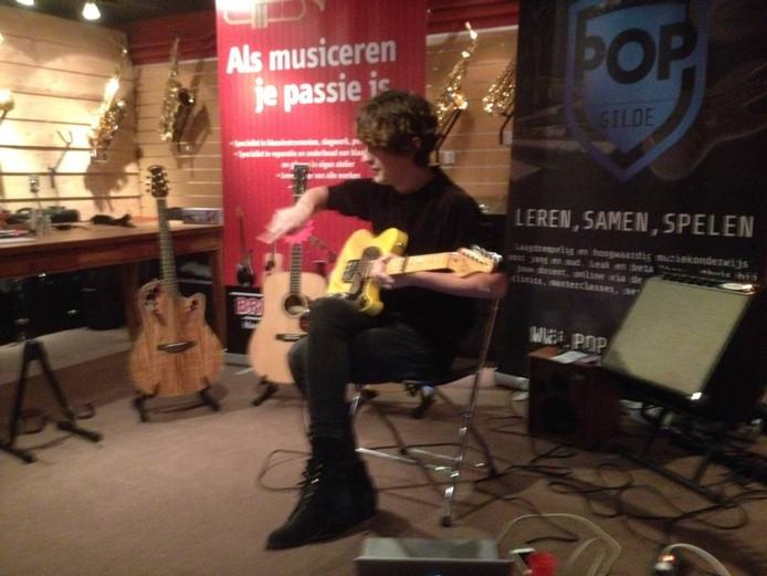 Midas Treub demonstreert zijn zang- en gitaarspel in Gaanderen. Foto DG