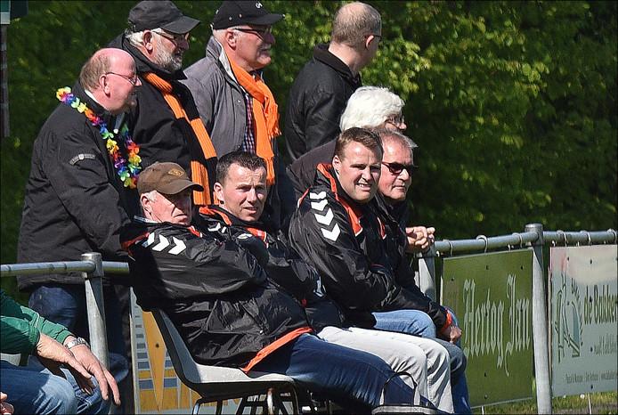 Trainer Michiel Jans (tweede van rechts) op de bank van Excellent.