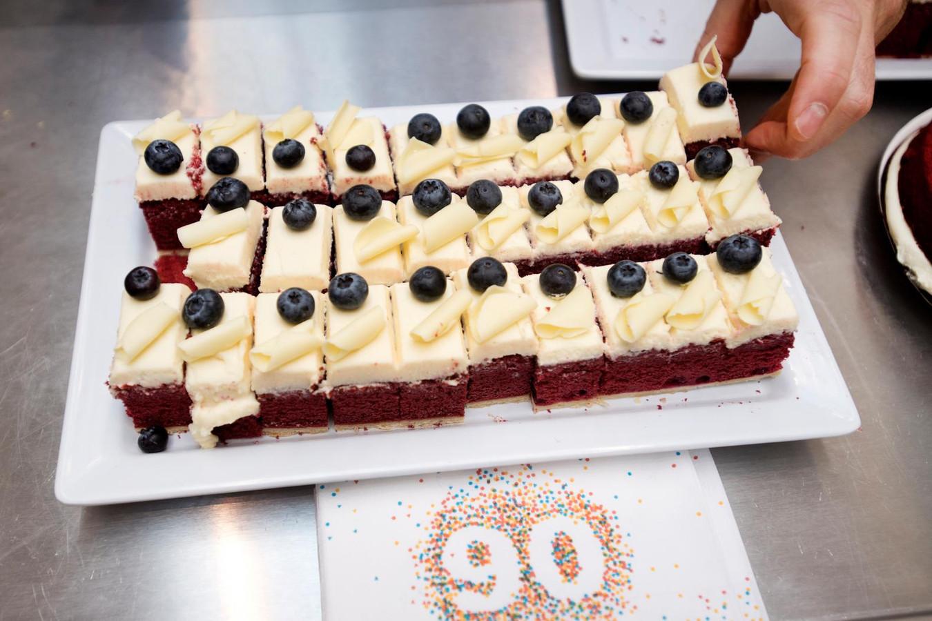 HEMA viert verjaardag met gratis taart   Foto   AD.nl