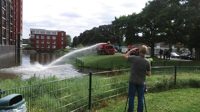 De brandweer spuit extra water in de vijver.