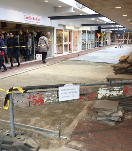 Tegels in winkelcentrum de Kloostertuin in Boxmeer rechtgelegd