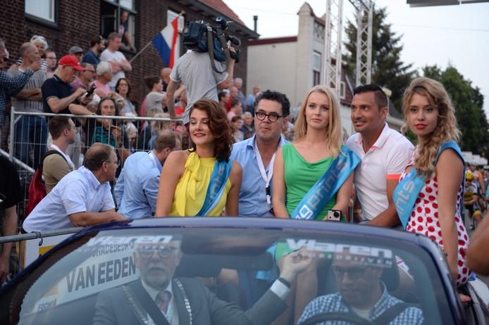 Guido Weijers (tweede rechts), met de rondemissen en koersbaas Pierre Hermans in de auto voor het startschot.