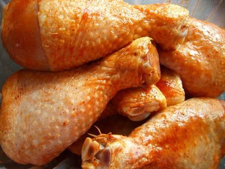 Man weigert te wachten op kippenpoten en stompt slager