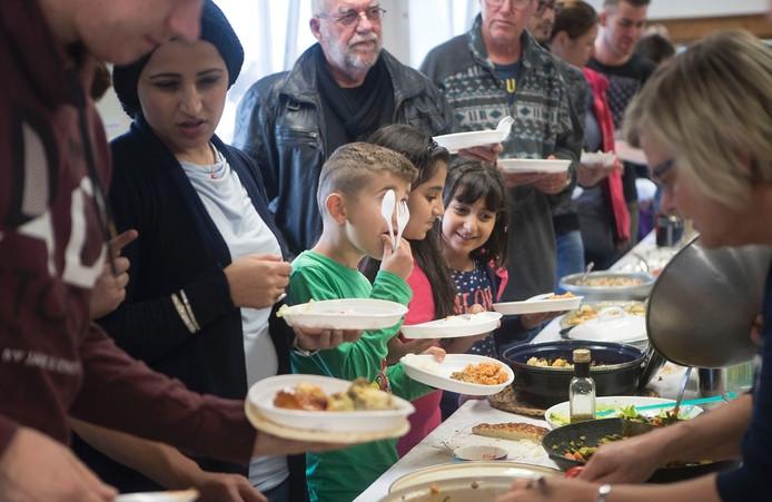 Stroopwafels, muziek en lekker eten bij het afscheid van de noodopvang in Ede.
