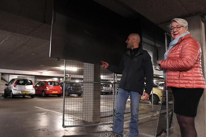 Lisa van de Vorle en een van haar medewerkers bij de luchtzuiveringsinstallatie in de Cuijkse parkeergarage.