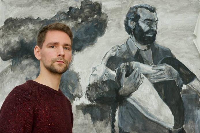 Sil van der Woerd bij een tekening van de Syrische vluchteling Khattar Shaheen, te zien in de muziekclip 'Mantra', over de oversteek van vluchtelingen.