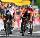 Sagan vloert Colbrelli na prangende spurt en neemt geel over van pechvogel Gaviria