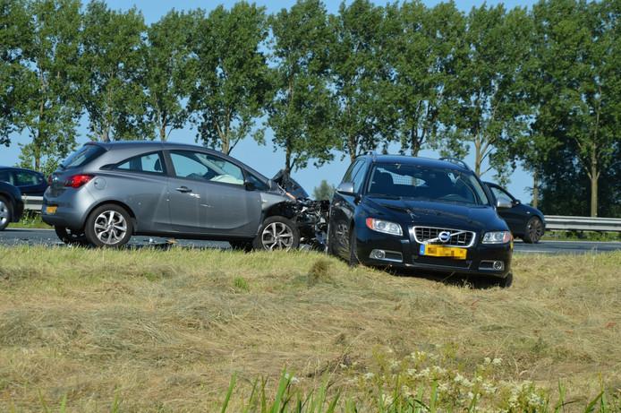 Beide voertuigen raakten flink beschadigd bij het ongeval.