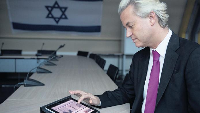PVV-leider Geert Wilders toont zijn nieuwe website Mosknee met tal van tips om bezwaar te maken tegen de komst van zo'n geloofsruimte.