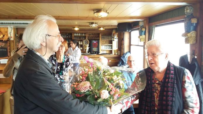 Rob Jaspers overhandigt bloemen aan 40.000ste deelnemer Waaltochten