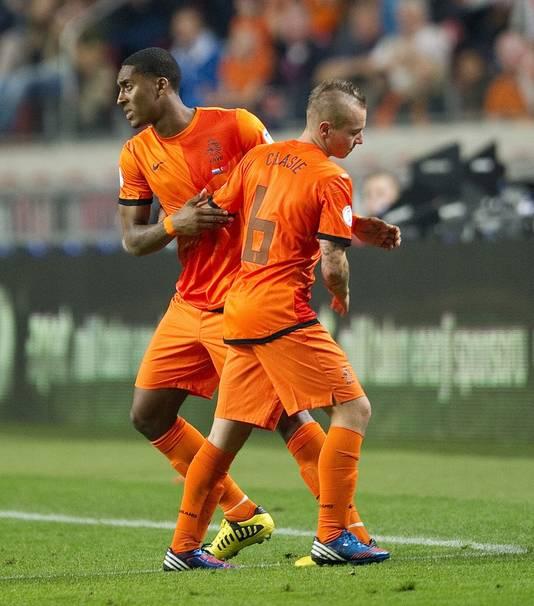 Leroy Fer van Nederland komt in het veld voor Jordy Clasie tijdens de WK kwalificatiewedstrijd Nederland tegen Turkije.