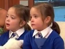 Gescheiden Siamese tweeling gaat voor het eerst naar school