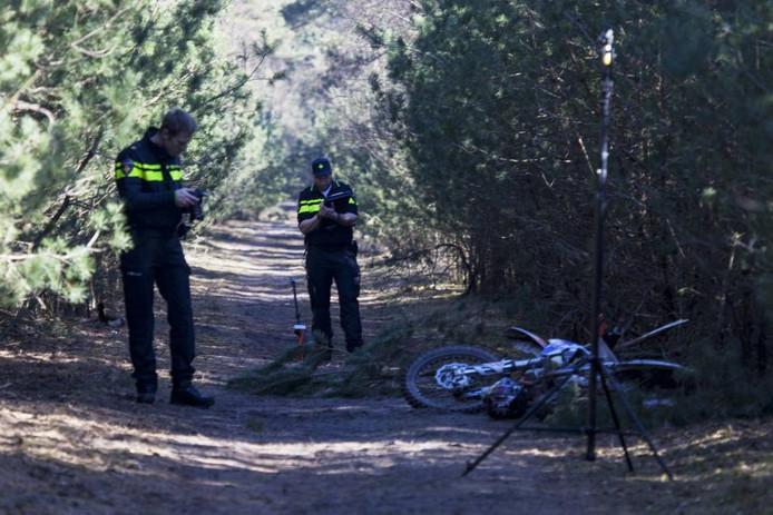 Twee politiemensen doen onderzoek naar de toedracht van de botsing tussen de wildcrosser en de boa vorig jaar.