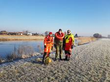 Reddingsbrigade Tiel oefent ijsreddingen in leenpakken
