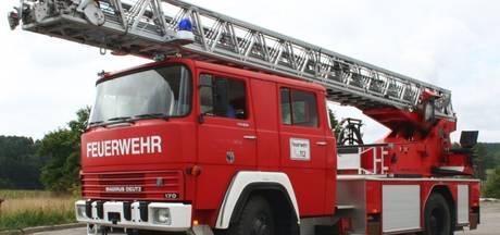 Brandweer redt kinderen van dak woning
