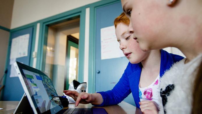 Leerlingen krijgen les in het maken van apps op een tablet tijdens een pilot op de Jozefschool.