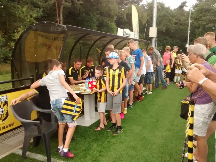 Vooral de jonge fans scoorden tijdens de supportersdag een handtekening van hun helden.