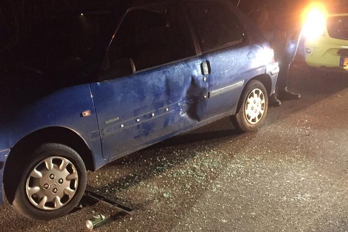 De auto van de vrouw raakte beschadigd doordat zij werd klemgereden.