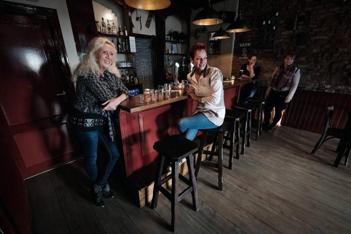 Maudith Hendriks (links) en Nastasha Willemse van het café Bij de Dames.