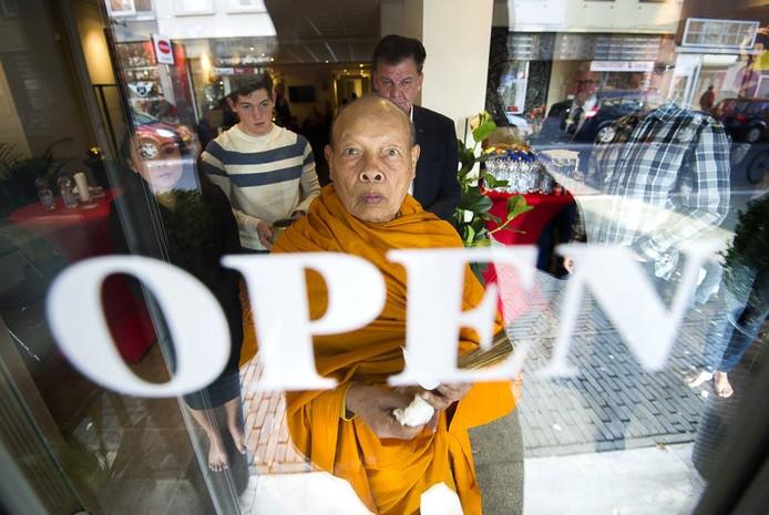 Concentratie bij de zege van Boedhha bij de deur van de massagesalon.