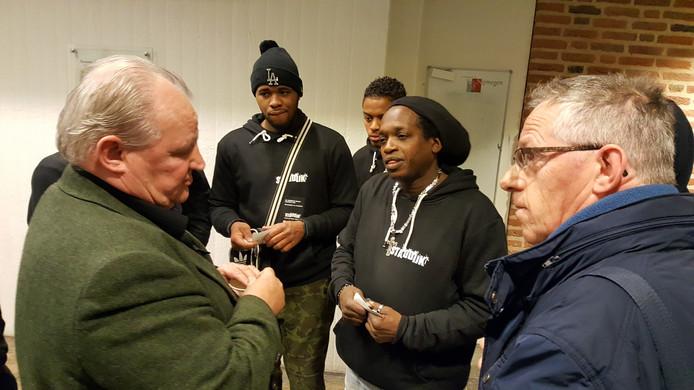 Jongeren in gesprek met Nijmeegs wethouder Bert Frings (links).