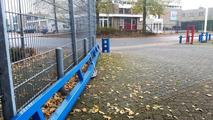 Links de poort die verbogen is door de klap.