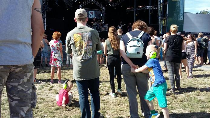 Bij het lokale talent Spool scheuren de gitaren. Zorg dus om de jonge oren te beschermen.