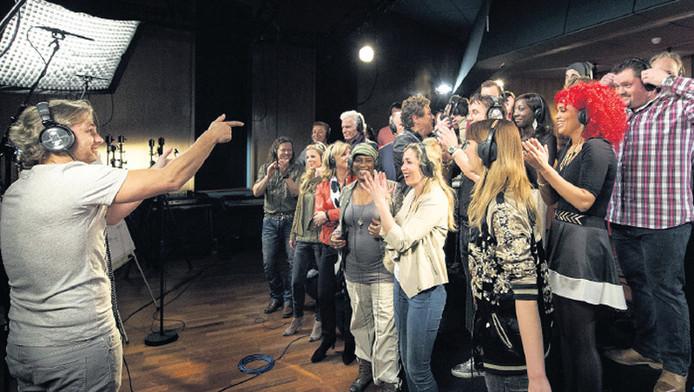 John Ewbank (l) en de BN'ers tijdens de opname van het Koningslied.