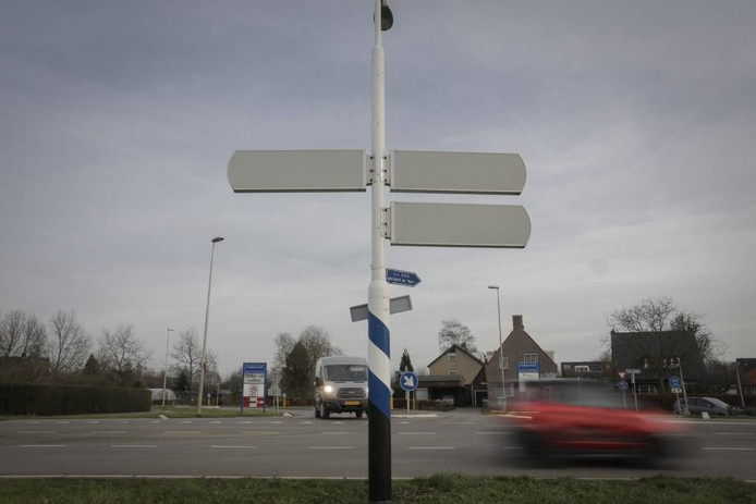 De T-splitsing bij het Randwijkse buurtschap Indoornik dat op de schop gaat.