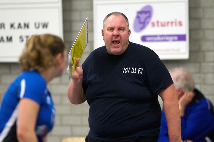 VCV-trainer Frans Jordens geeft aanwijzingen aan zijn ploeg. Archieffoto