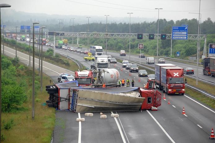 De gekantelde vrachtwagen zorgt voor een lange file op de A50 richting Apeldoorn.