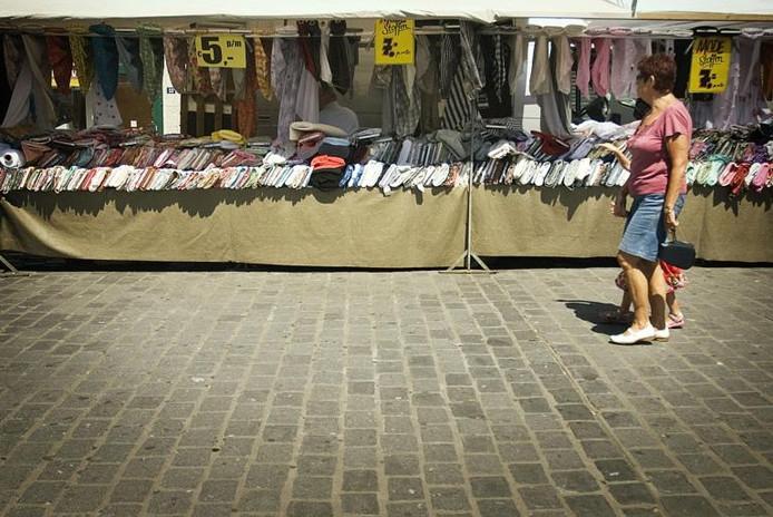 Warenmarkt in de Burchtstraat, maandagmiddag.