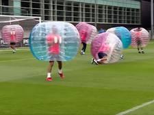 Spelers Barça vermaken zich met potje bubbelvoetbal