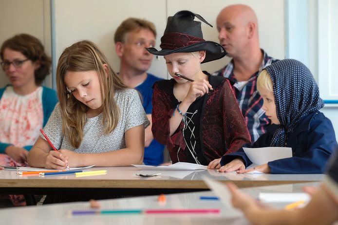 Concentratie tijdens de workshop van schrijfster Femke Dekker.