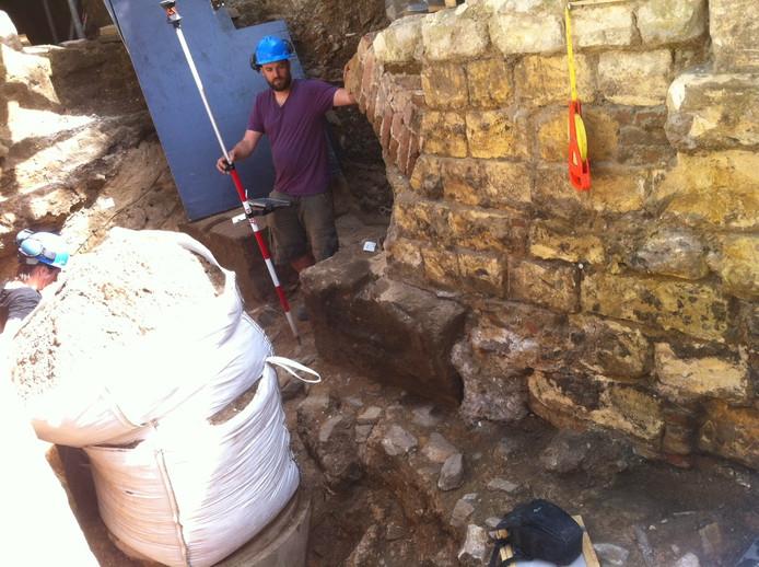 Archeologen van gemeente Nijmegen hebben de 25 meter lange muur ontdekt.
