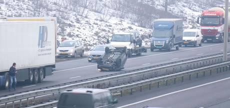 Auto belandt op kop en glijdt 150 meter door na botsing op A50