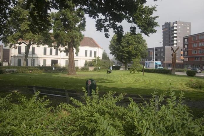 Het huidige Krayenhoffplantsoen met op de achtergrond de oude witte Batavafabriek. Rechts het nieuwe Waelhavecomplex aan de Weurtseweg.