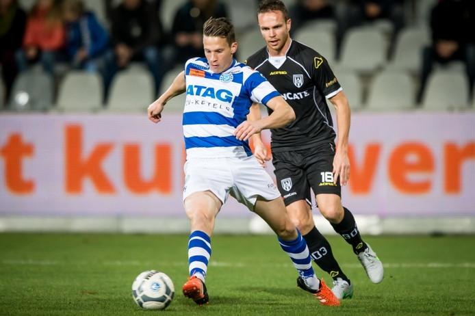 Erik Quekel (links) in duel met Heracles Almelo-speler Ramon Zomer.